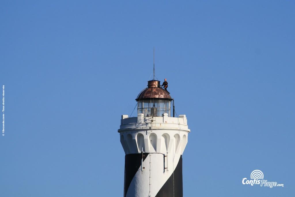 Le phare de Contis lors de la rénovation de sa coupole en octobre 2012