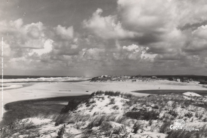 1953 : au bord de la falaise de la position Ba03, regard vers le village de Contis et la position Ba02