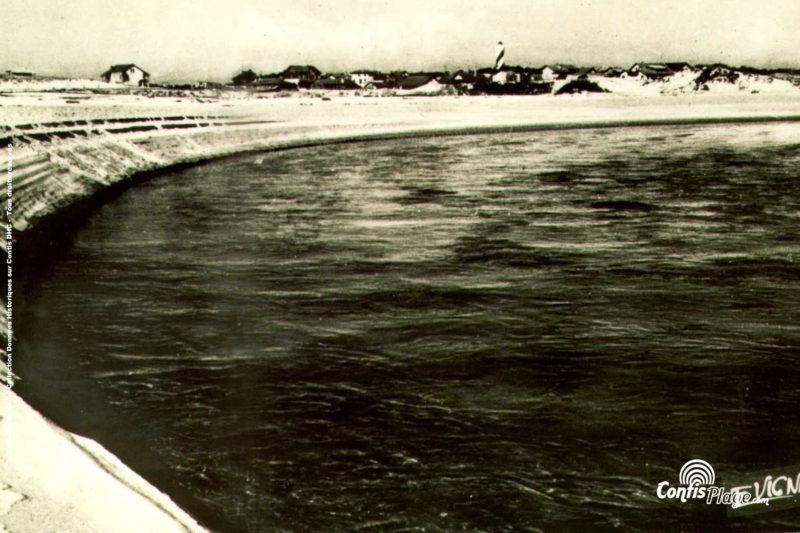1952 : La Grande boucle du courant, qui donnera aujourd'hui la plage du courant, menace les premières maisons sur la rive Nord de Contis.